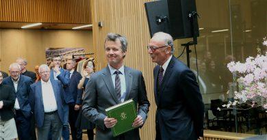 Kronprinsen af Danmark holder groen bog og Direktoer