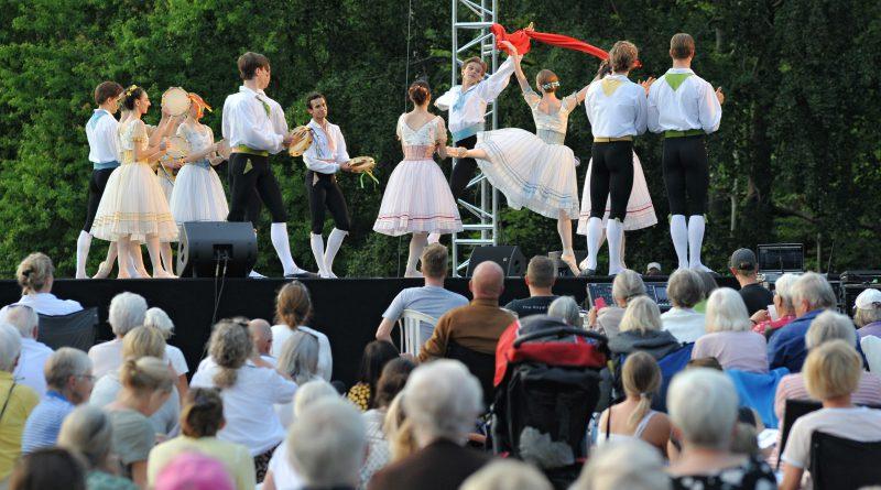 Elleve dansere på scene