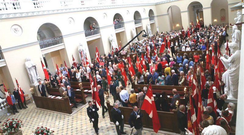 Deltagere i Vor Frue Kirke set oppefra med dannebrog