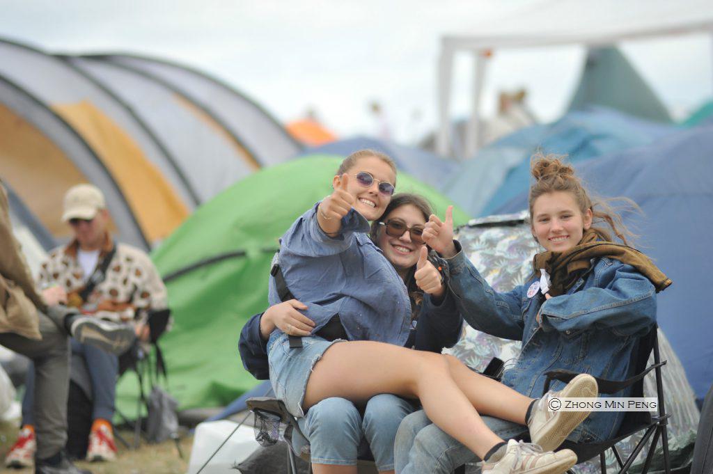 Tre kvinder foran deres campingtelt