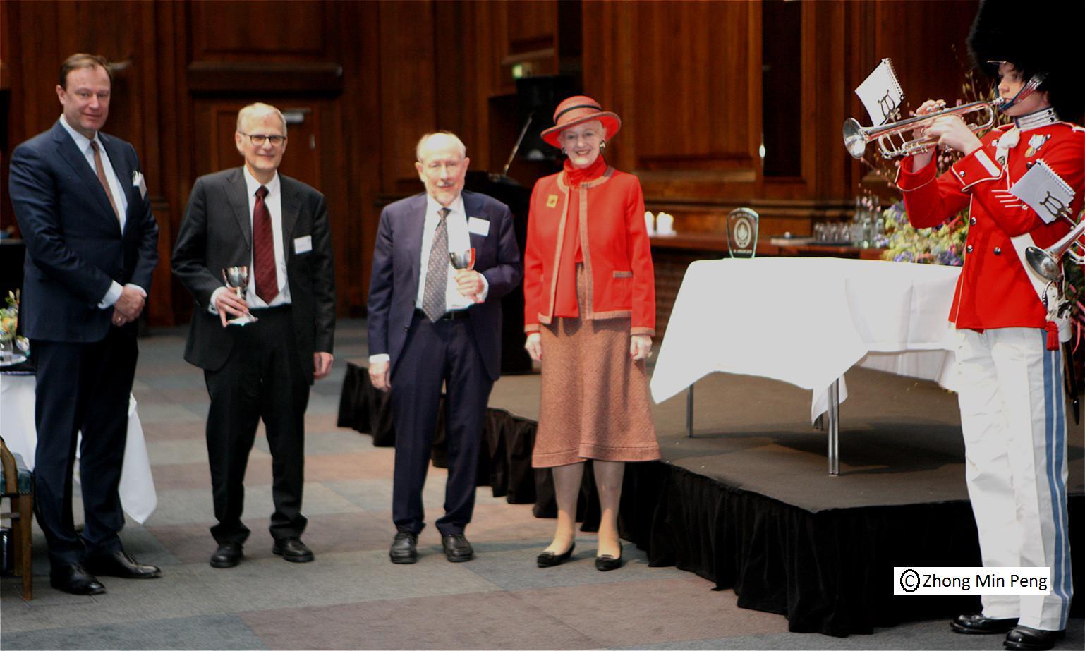 Dronningen ses sammen med Professor ved KU og Formand DKDL