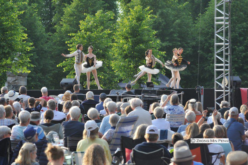 fem dansere på svenen