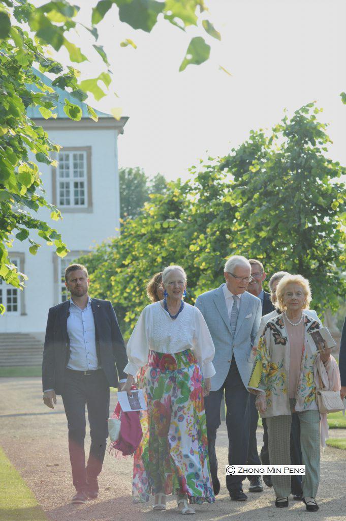 Dronning Margrethe foelges med seks