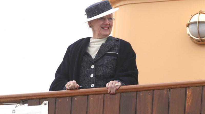 Dronningen ankommet paa kongeskibet