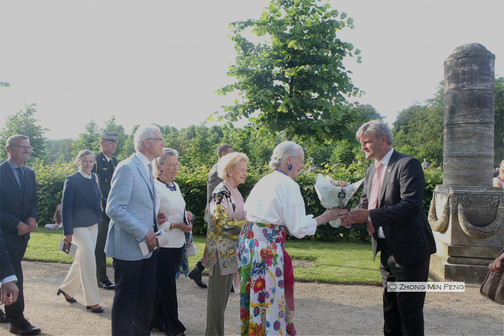 Dronningen modtager blomster