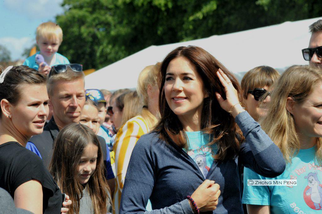 Kronprinsesse Mary med medlemmer fra Fonden Red Barnets Fri for Mobberi i Faelledparken