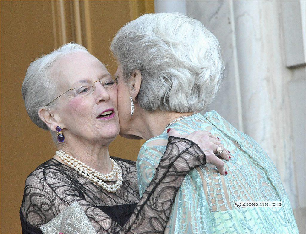 H.M. Dronningen og Prinsesse Benedikte hilser paa hinanden