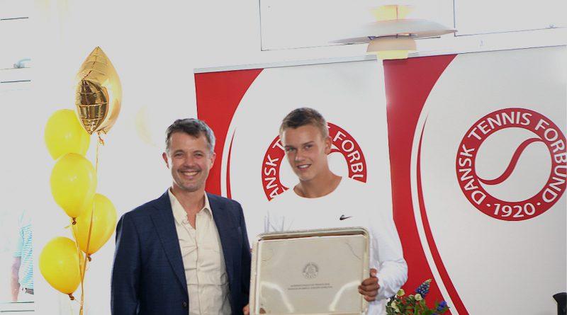 Hans Kongelige Hoejhed Kronprinsen af Danmark og Holger Rune med pris