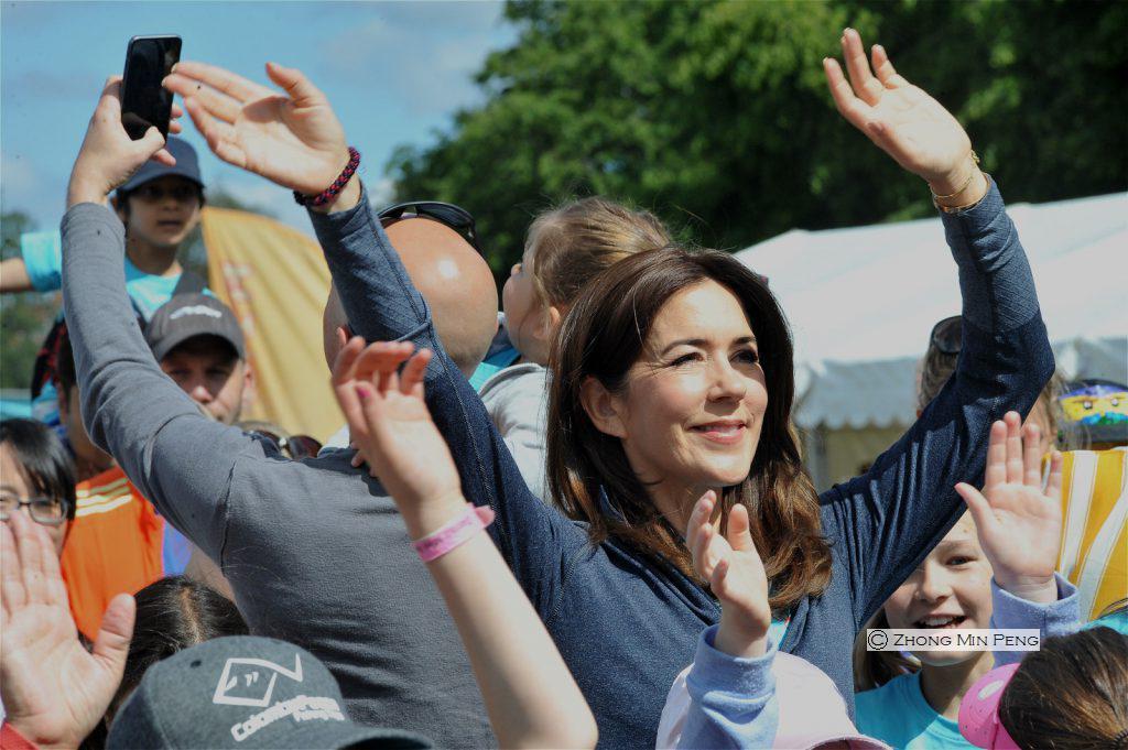 Kronprinsesse Mary af Danmark med armene oppe i vejret