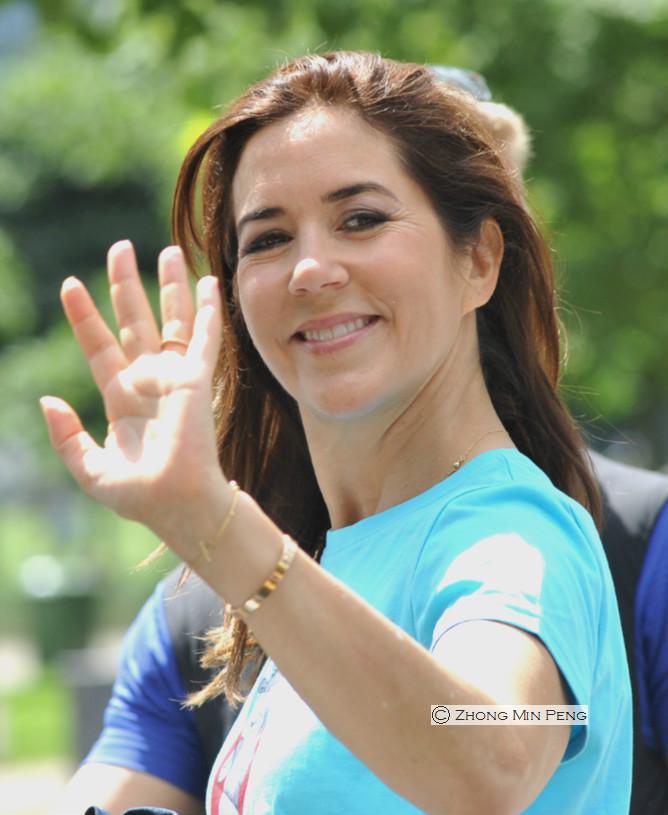 Kronprinsesse Mary af Danmark vinker