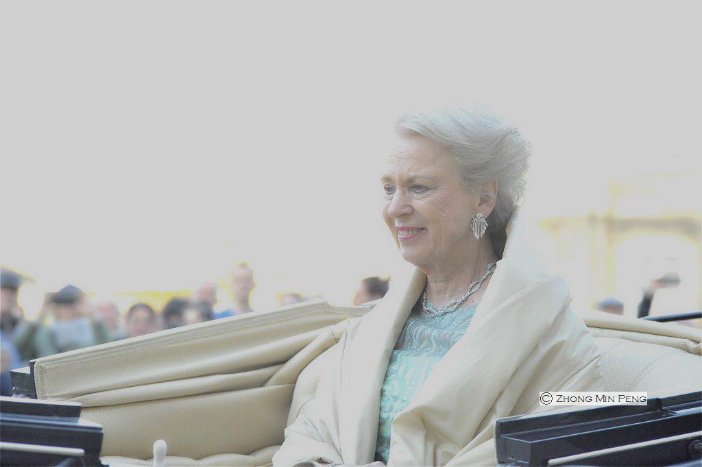 Prinsesse Benedikte taet paa i karet