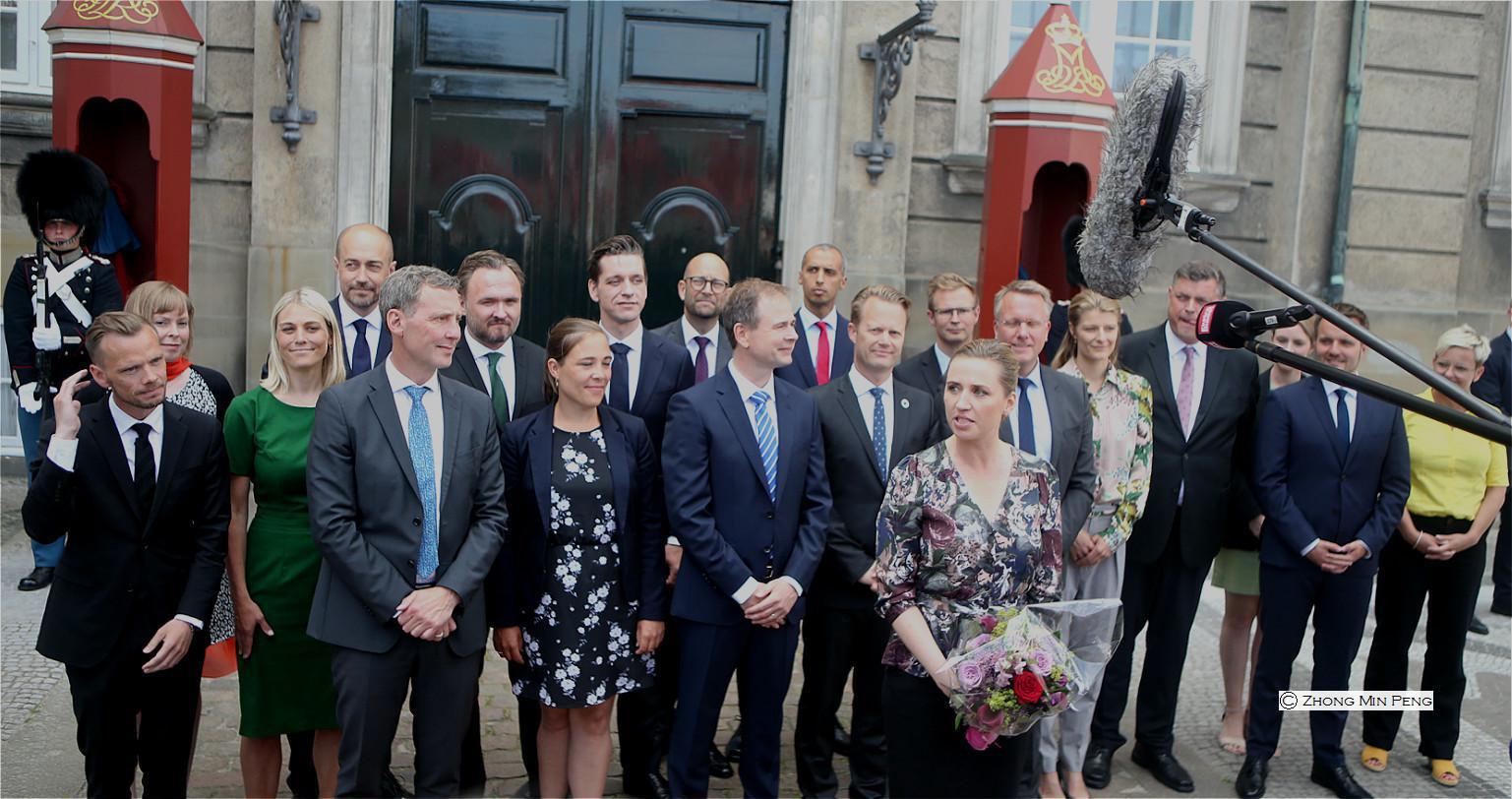 Statsministerens hold af 19 ministre praesenteret ved Amalienborg