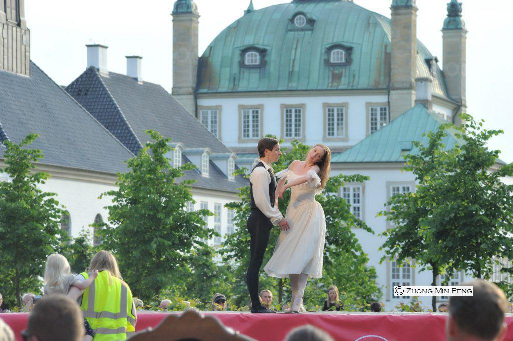To dansere foran slot