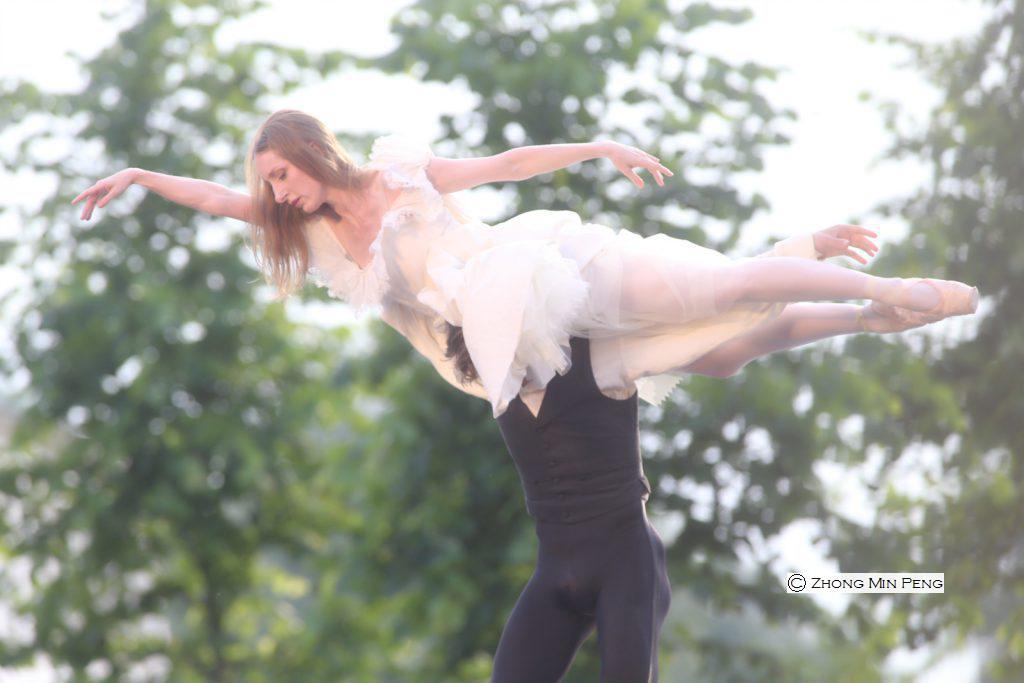 Kvindelig balletdanser loeftes