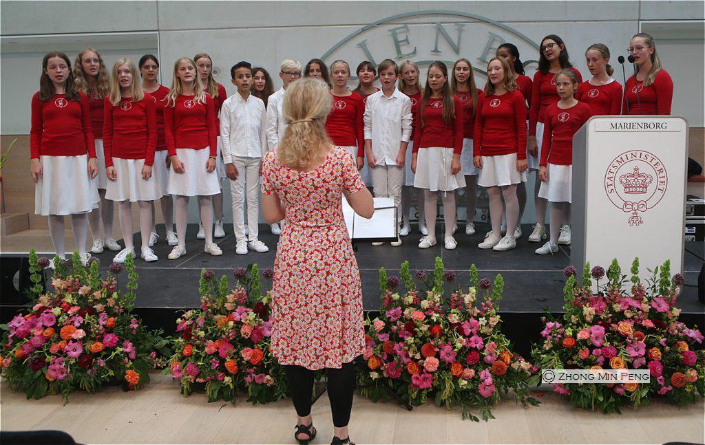 Pigekor i roede troejer og hvidt nederdel paa Marienborg