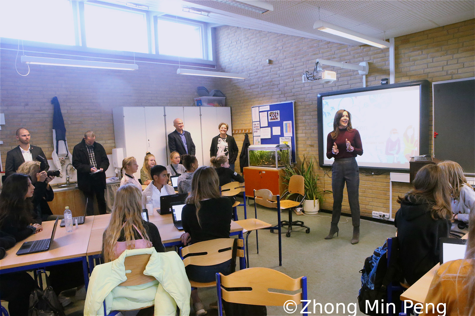 Crownprincess Mary of Denmark talks to the students