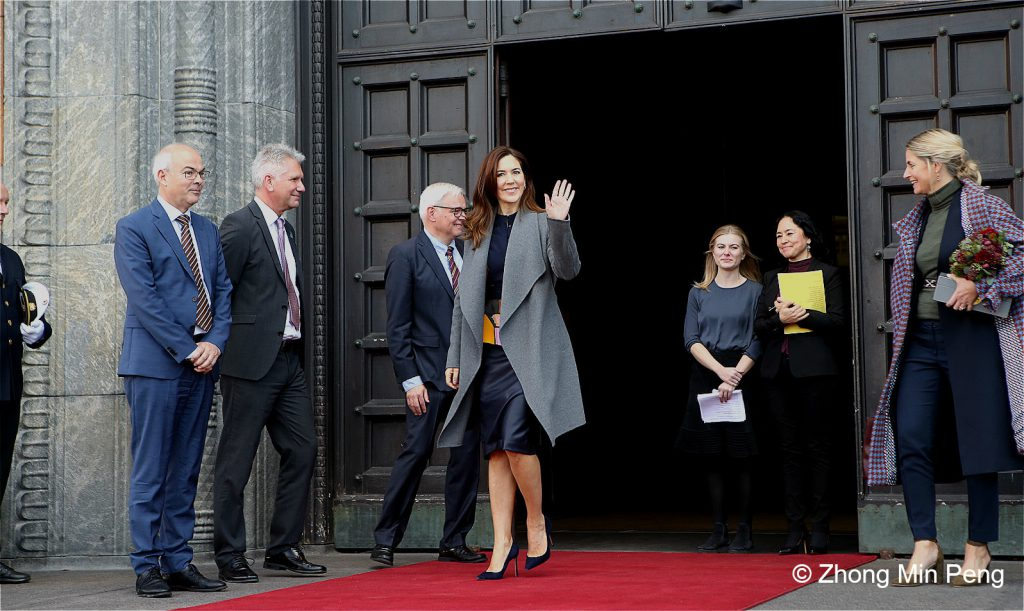 Crownprincess Mary leaves the cityhall