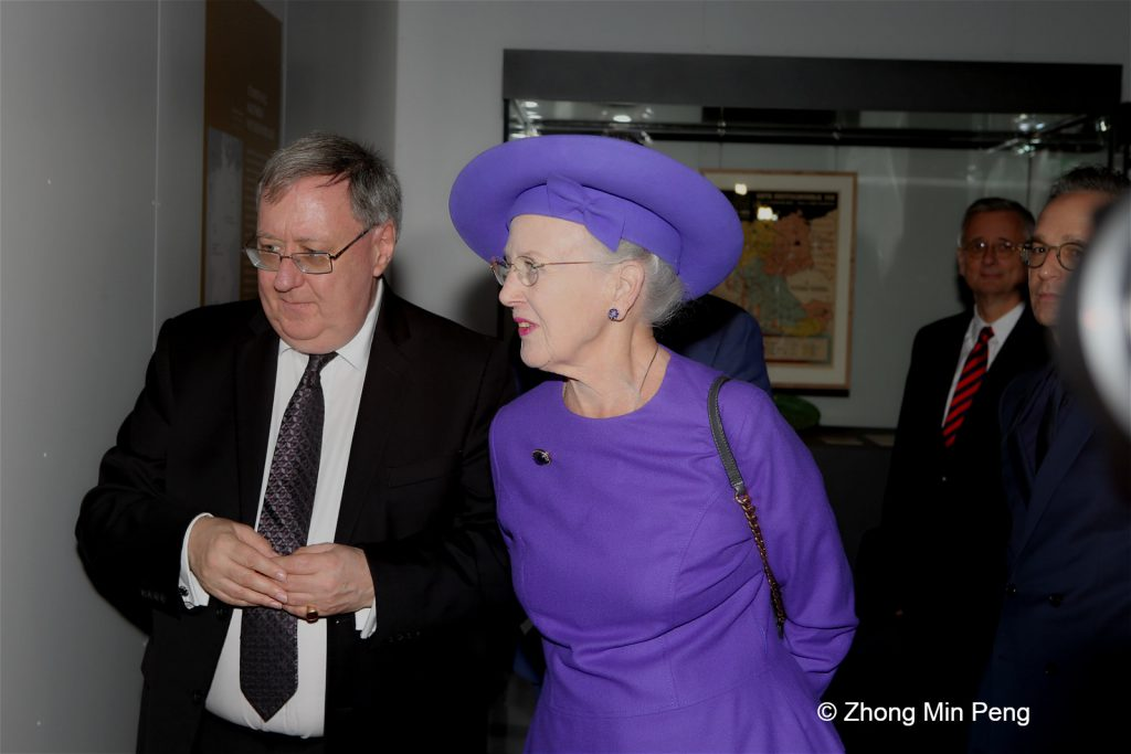 Her Majesty the Queens guided tour in the exhibition Germany. Participants Her Majesty The Queen