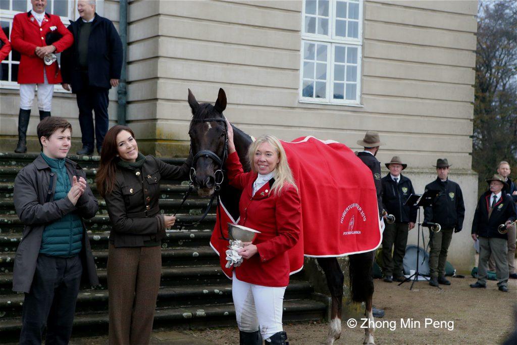 Kronprinsesse Mary og Prins Christian hilser paa vinderen