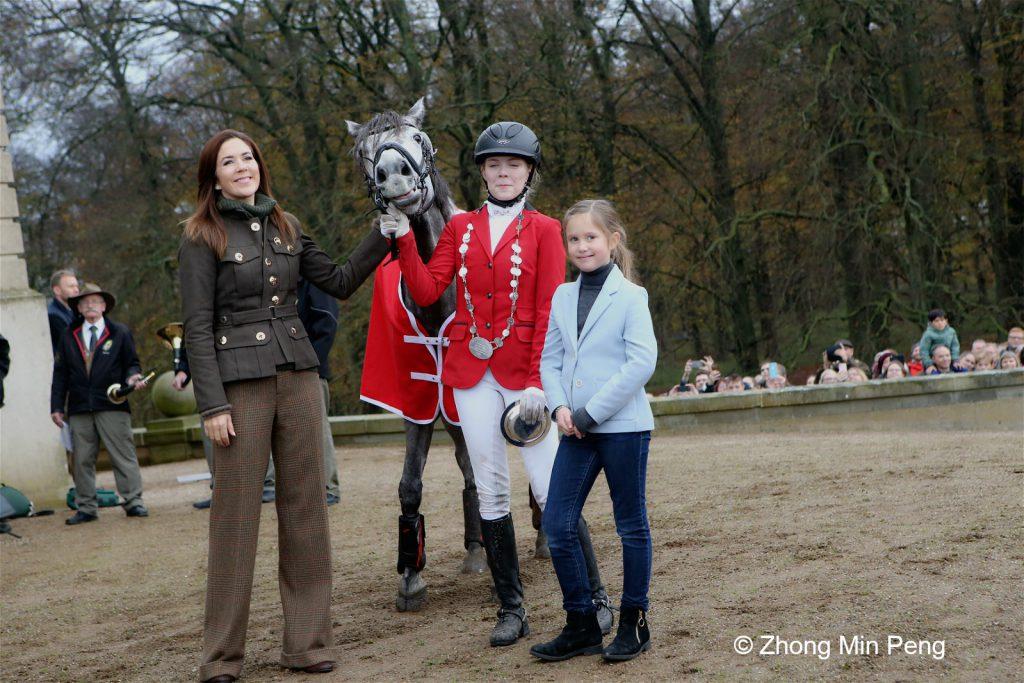 Kronprinsesse Mary og Prinsesse Josephine hilser paa vinderen i Hubertusjagt hesteoploebet, Signe Kongebro
