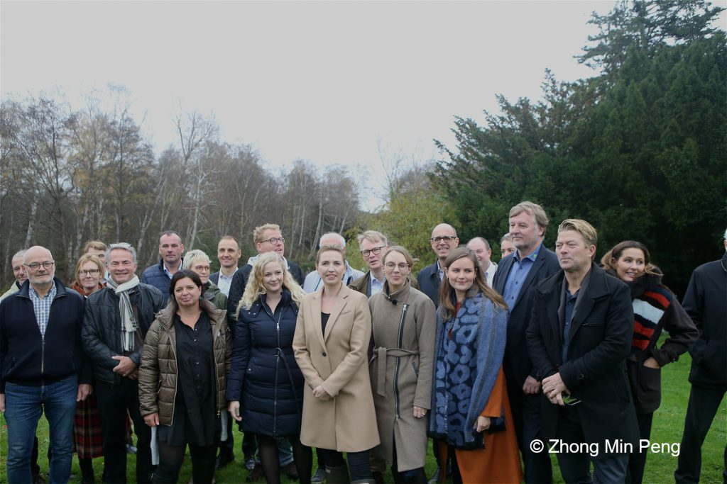 Mandag den 4. november fandt moedet sted med deltagelse af cirka 60 repraesentanter