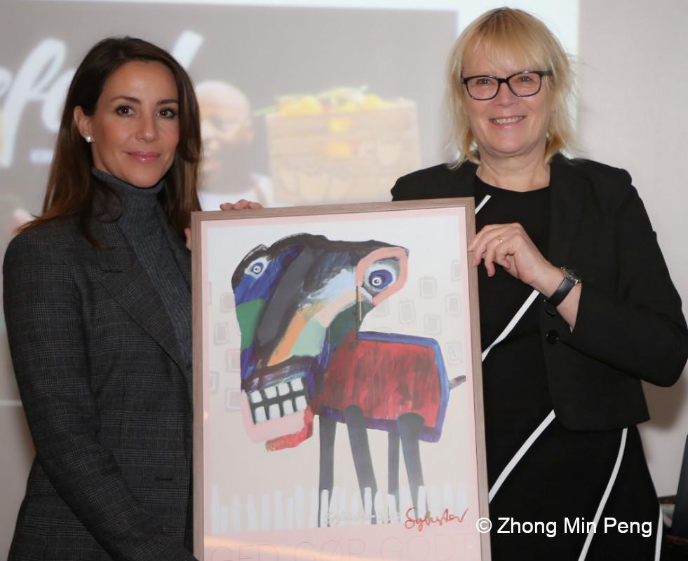 Prinsesse Marie af Danmark viser en donation
