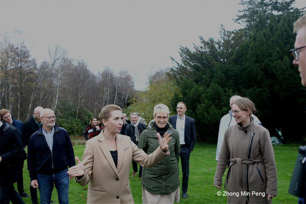 Statsminister Mette Frederiksen med Lea Wermelin miljoeminister og dyreelsker Sebastian Klein