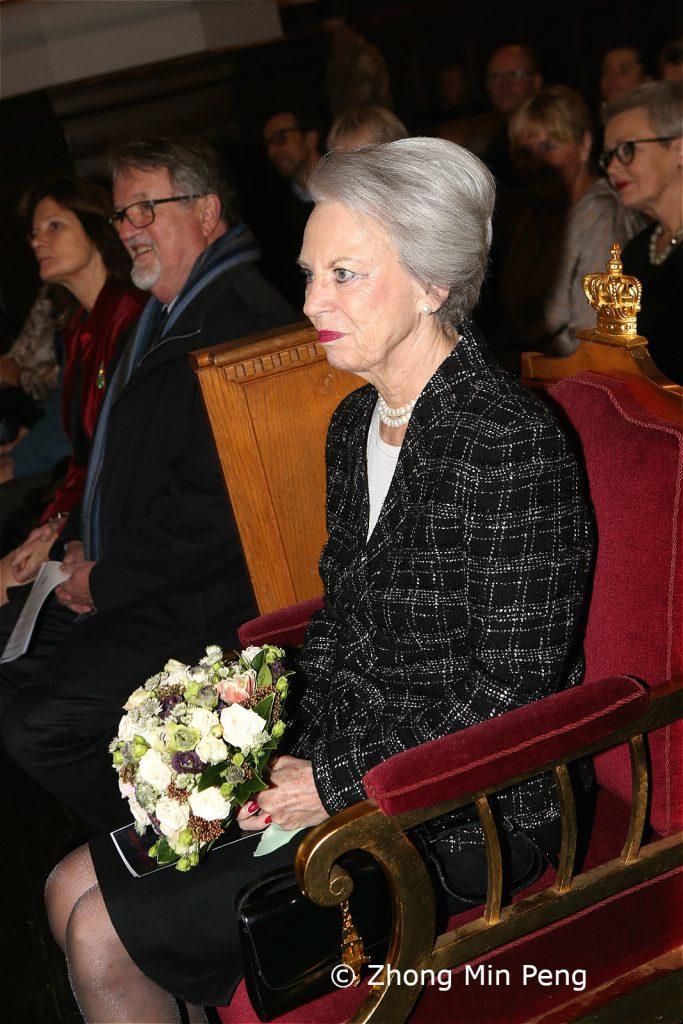 Prinsesse Benedikte sidder med buket