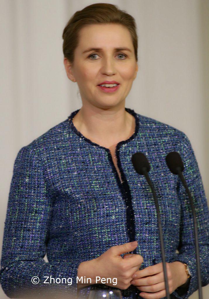 Statsminister af Danmark Mette Frederiksen afslappet i forhold til emne