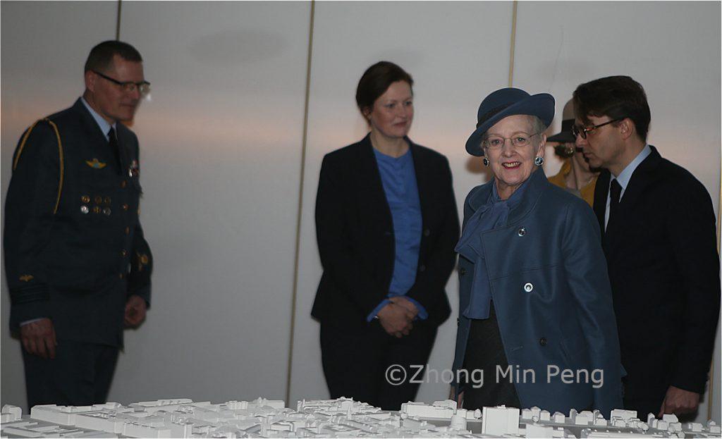 Dronningen fik blandt andet forevist dele af det nye museum, herunder en storre interaktiv installation
