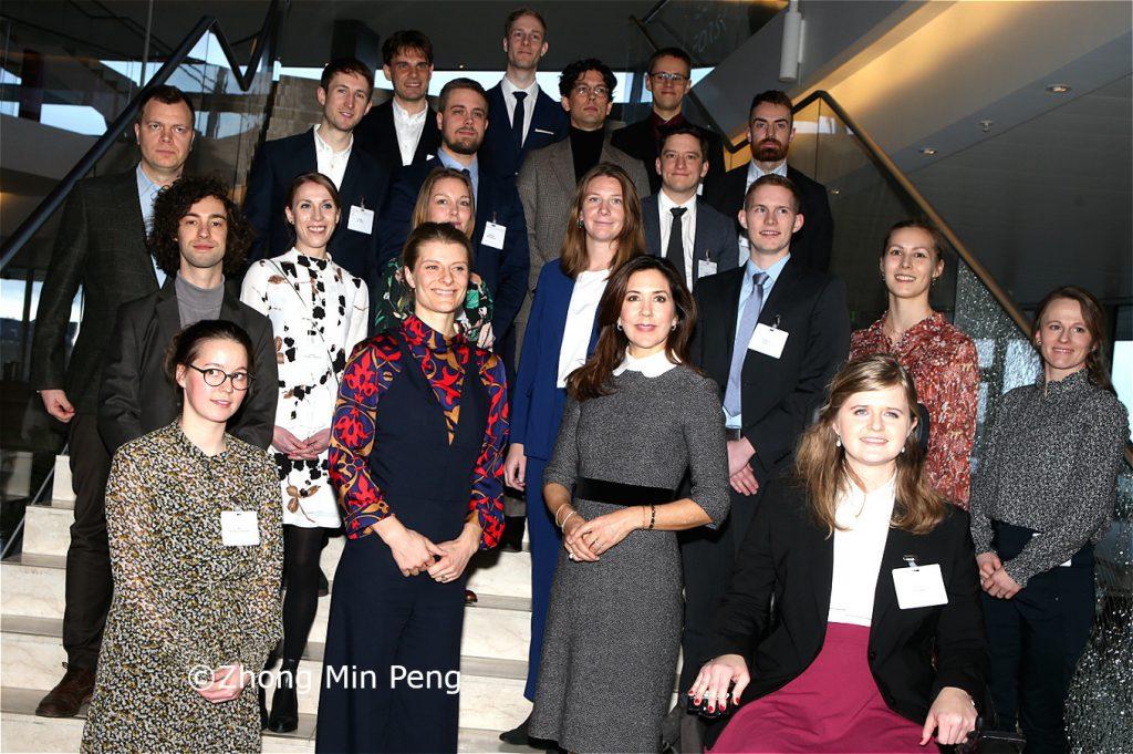H.K.H. Mary sammen med undervisnings- og forskningsministeren samt modtagerne af EliteForsk-rejsestipendier