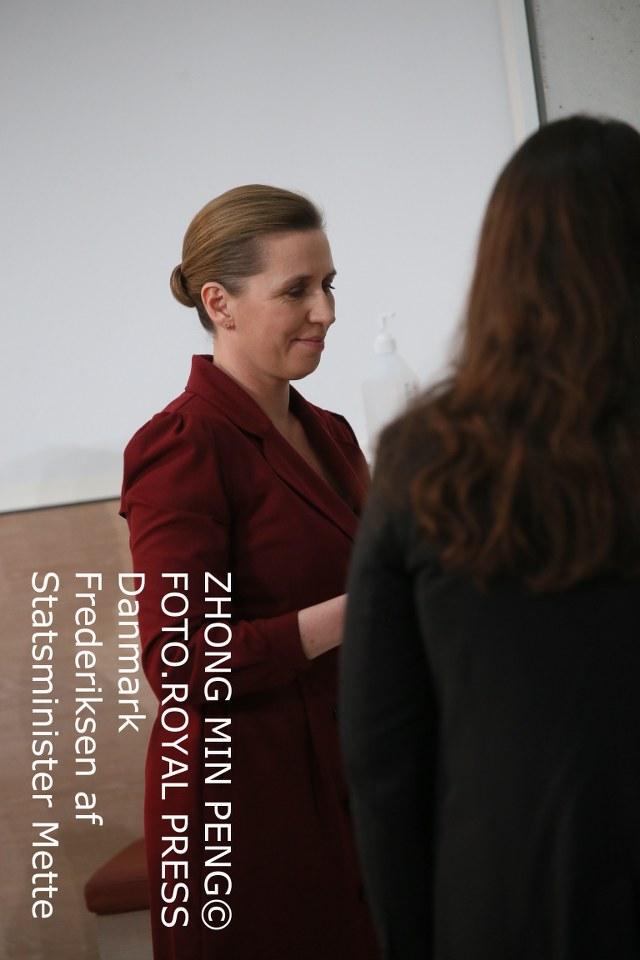 billedet indeholder to personer til møde